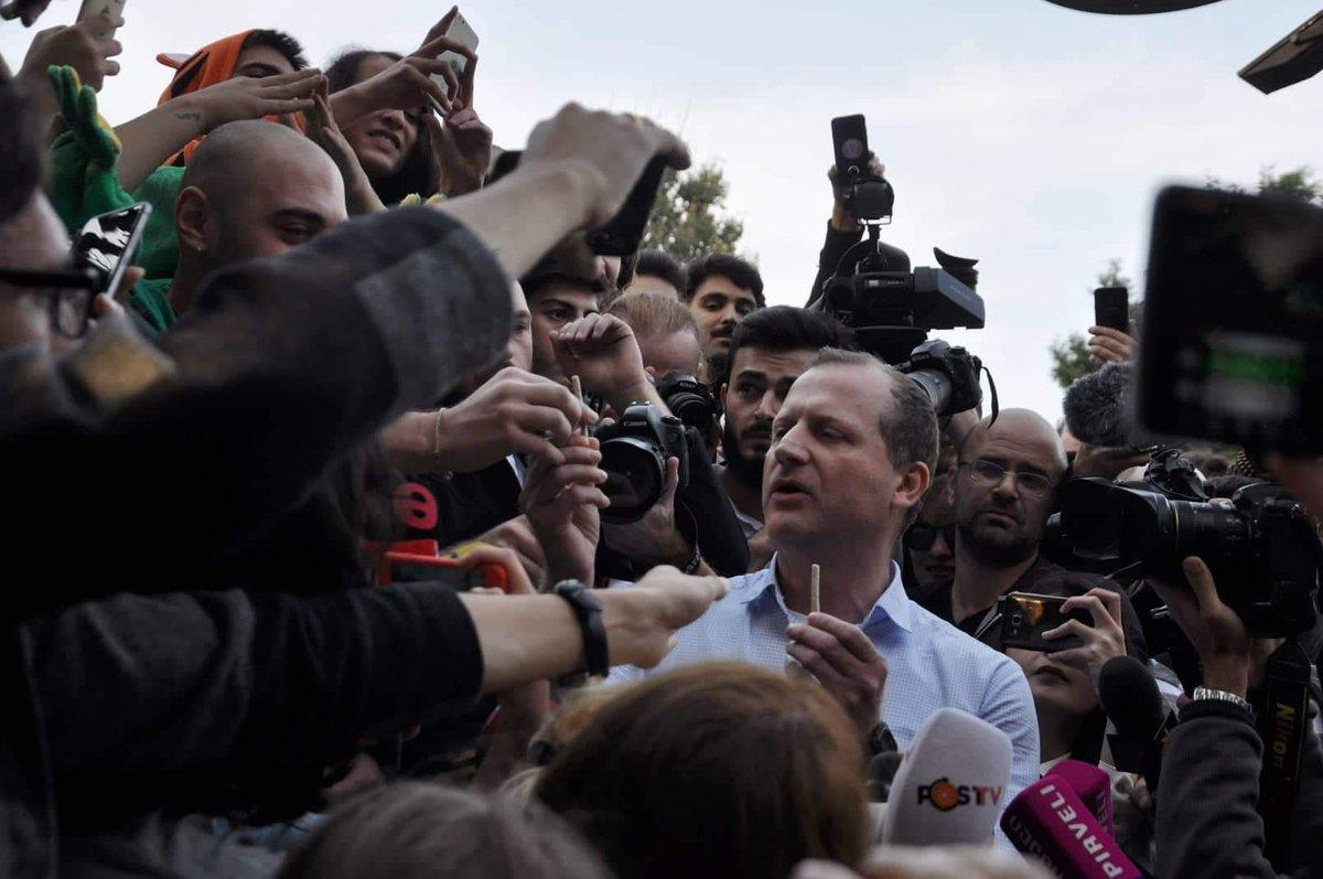 Кандидат-президент задържан докато раздава цигари с канабис