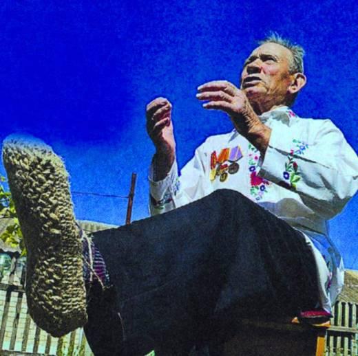80-годишен майстор плете цървули от коноп