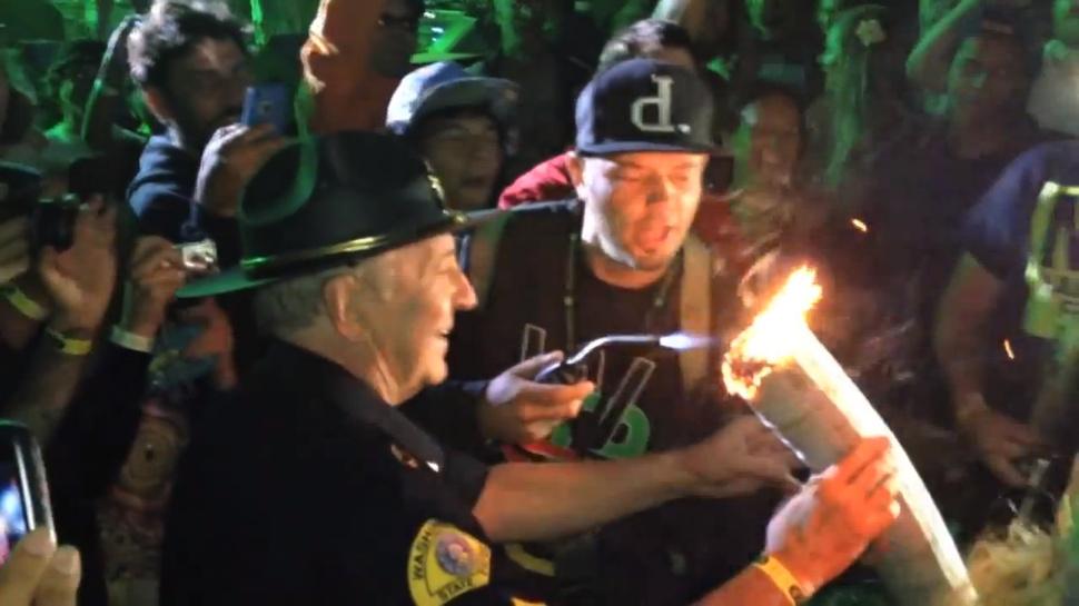 Полицай асистира в запалването на 2 килограмов джойнт