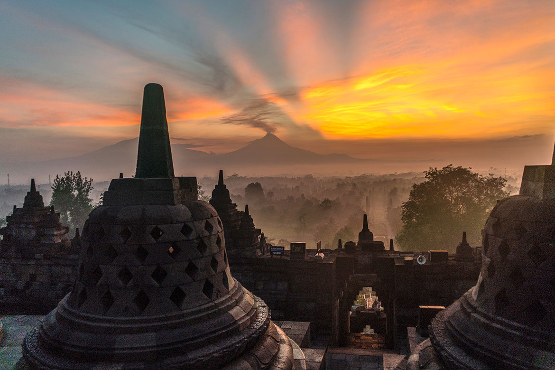 Облак от канабис плава над Индонезия